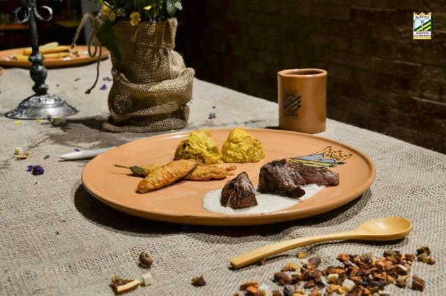 003 foto - gastronomia medievale nella terra di ezzelino bocconcini di carne speziati con semi di anice e finocchio, frittata di cipolla, fritelle di salvia none degli ezzelini.jpg